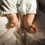 تقاسم السرير مع الرضع قد يعرضهم للوفاة