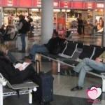قصة علبة البسكويت بين شاب وفتاه فى مطار دولى .. قصة مؤثرة
