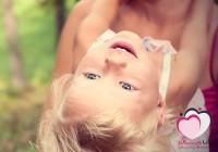 ما السر وراء توقف الأطفال عن البكاء بعد حملهم؟